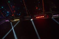 Lichten van schijnwerpers in een nachtdisco in openlucht en een colo Royalty-vrije Stock Foto's