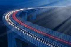 Lichten van voertuigen in maanlicht stock foto's