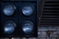 Lichten voor film op de achtergrond van de industriële ruimte stock afbeeldingen