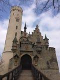 Lichtenstein slott under blå himmel med moln Arkivbilder