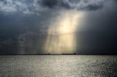 Lichter über Booten im Pazifischen Ozean lizenzfreie stockfotografie