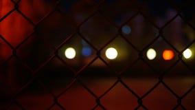 Lichter außerhalb des Kettengliedzauns lizenzfreie stockbilder
