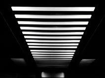 Lichter auf der Decke vereinbarten freundlich wie Muster von weißen Linien Lizenzfreies Stockbild
