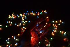 Lichter in der Hand mit bokeh Hintergrund Stockfotografie