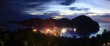 Lichter der Stadt in den Bergen Lizenzfreie Stockfotos