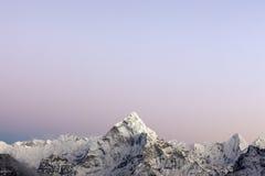 Lichter des frühen Morgens über dem Berg Ama Dablam Stockbilder