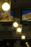Lichter, die von der Decke hängen Stockfoto