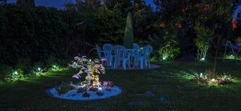 Lichter an einem Garten bis zum Nacht Stockfoto
