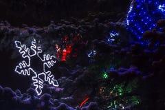 Lichter in Form von Schneeflocken auf Tanne stockfotografie