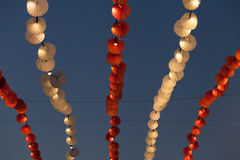 Lichter und Dekoration im Vergnügungspark über Abendhimmel Lizenzfreies Stockfoto