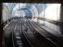 Lichter und Schatten in einem gebogenen Metro-Tunnel Lizenzfreie Stockfotos