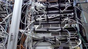 Lichter und Verbindungen auf Netzwerk-Server Arbeits-Ethernet-Schalter im Rechenzentrumraum stock video
