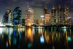 Lichter vom Wolkenkratzergebäude Stockfotografie
