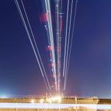 Lichter von Flugzeugen auf dem Gleitweg Stockfotos