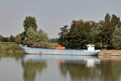 Lichtere boot in Po rivier Stock Afbeeldingen