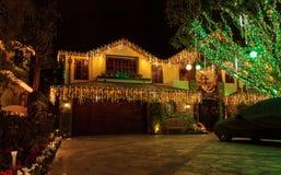 Lichterkette auf einem Haus lizenzfreie stockfotos