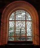 Lichtgevend overspannen venster met een rooster royalty-vrije stock fotografie
