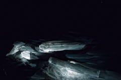 Lichtgevende heuveltjes van het blauwe ijs van Meer Baikal in dark Royalty-vrije Stock Foto's