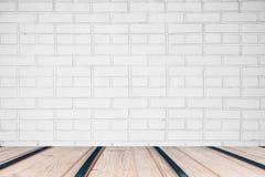 Lichtgrijze bakstenen muur met uitstekende houten lijst, achtergrond Stock Afbeelding
