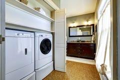 Lichtgrijze gang met ingebouwde wasmachine en droger Royalty-vrije Stock Fotografie