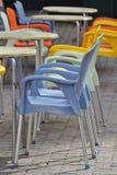 Lichtgroene en lichtblauwe plastic stoelen royalty-vrije stock afbeelding