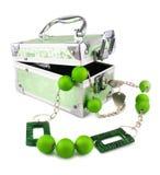 Lichtgroene geïsoleerdei boomstam, parels en armband Royalty-vrije Stock Foto
