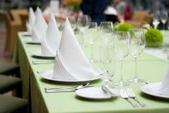 Lichtgroene Lijst die voor Diner wordt geplaatst Stock Foto's