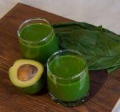Lichtgroene smakelijke smoothie voor ontbijt Stock Fotografie
