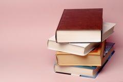 Lichthintergrund onon alte Bücher der Weinlese Stockfotos