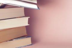 Lichthintergrund onon alte Bücher der Weinlese Lizenzfreie Stockfotos