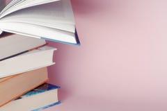 Lichthintergrund onon alte Bücher der Weinlese Lizenzfreies Stockfoto