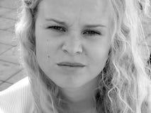 Lichtjes geërgerdee jonge vrouw stock foto