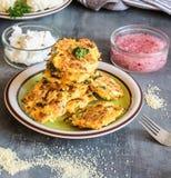 Lichtkuchen von Kuskus, von Blumenkohl und von Gewürz backten im Ofen Stockbild