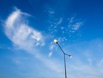 Lichtmast unter blauem Himmel Lizenzfreie Stockfotografie