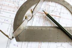 Lichtpause, Bleistift, Gläser und Winkelmesser Stockfoto