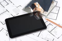 Lichtpausen, Haus und Tablette Lizenzfreie Stockfotos