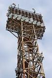 Lichtprojektoren auf altem Rostmetallkontrollturm Stockbilder