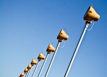Lichtprojektoren auf einem blauen Himmel Stockfotografie
