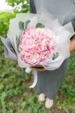Lichtrose Hydrangea hortensia Jong meisje die een bloemstuk houden Mooi de zomerboeket Het concept een bloemwinkel Royalty-vrije Stock Fotografie