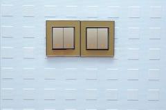 Lichtschalter auf der Wand Lichtschalter, die Lichter einschalten oder abstellen ein Lichtschalter, ein mechanischer Plastikschal stockbild