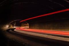 Lichtspuren im Tunnel Langes Belichtungsfoto eingelassen einem Tunnel Langes Belichtungsfoto eingelassen Stockfotografie