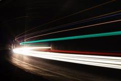 Lichtspuren im Tunnel Langes Belichtungsfoto eingelassen einem Tunnel Langes Belichtungsfoto eingelassen Lizenzfreie Stockfotografie