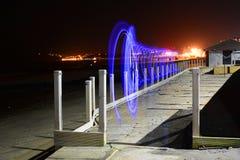 Lichtspuren und -strand nachts Lizenzfreie Stockfotografie