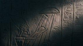 Lichtstrahl auf Wand-Art Showing UFO und ägyptischem Mann stock video