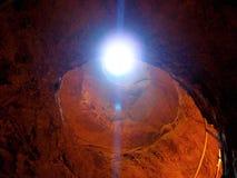 Lichtstrahl in die Schlucht, Strahlen des aufschlussreichen roten Sandsteins des Lichtes höhlen aus lizenzfreies stockfoto