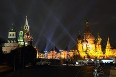 Lichtstrahlen über rotem Quadrat im Gold Lizenzfreies Stockfoto