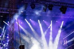 Lichtstrahlen auf Stadium helle Scheinwerfer, die unten glänzen blauer Hirsch Stockbild