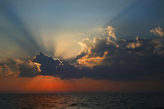 Lichtstrahlen der Sonne über dem Meer. Stockfoto