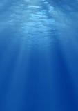 Lichtstrahlen der Sonne unter Wasser Stockfotografie