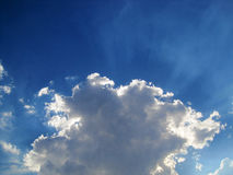 Lichtstrahlen, die hinter Wolke ausstrahlen lizenzfreies stockfoto
